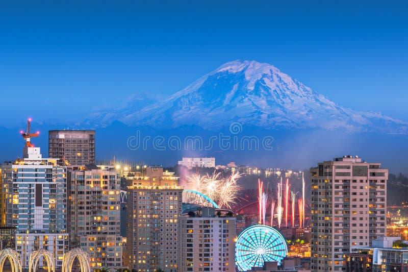 Seattle Washington, USA i stadens centrum horisont med Mt rainier royaltyfri bild