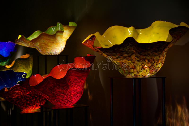 SEATTLE, WASHINGTON, USA - 24. Januar 2017: Geblasenes Glas in den abstrakten Formen im Rotem und Gelbem, Chihuly-Garten und im G lizenzfreie stockfotos