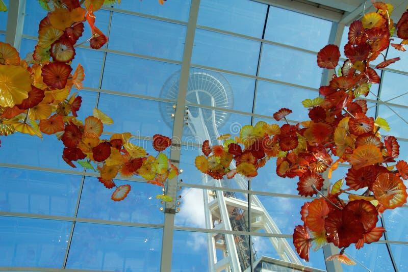 SEATTLE WASHINGTON, USA - JANUARI 23rd, 2017: Sikt av utrymmevisaren från inre Chihulyen trädgårds- och Glass museum arkivfoto