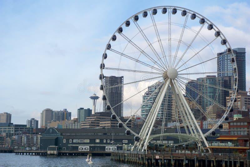 SEATTLE WASHINGTON, USA - JANUARI 25th, 2017: En sikt på Seattle som är i stadens centrum från vattnet av Puget Sound Pir skyskra arkivfoto