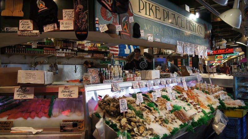 SEATTLE WASHINGTON USA - Oktober 2014 - neue Meeresfrüchteanzeige am Pike-Platz-allgemeinen Markt stockfotos