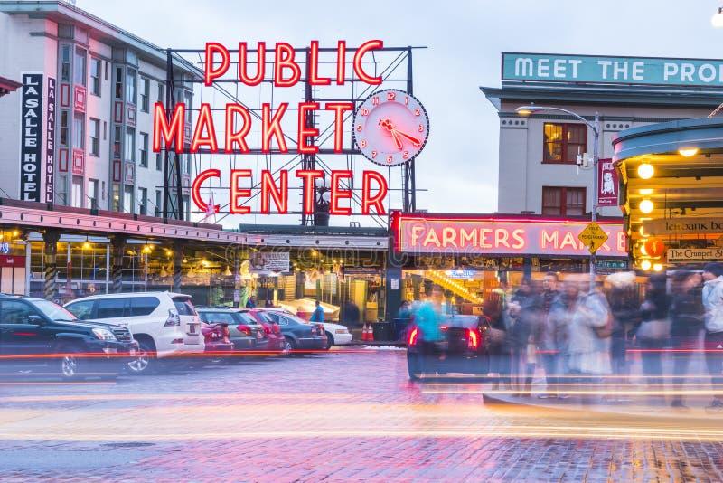 Seattle, Washington, USA 02/06/17: Pike-Platzmarkt mit reflektieren sich lizenzfreie stockfotos