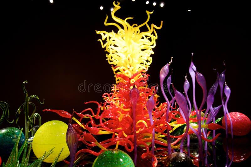 SEATTLE, WASZYNGTON, usa - JAN 23rd, 2017: Wystrzelony szkło w abstrakcjonistycznych kształtach kwiaty w czerwieni i kolorze żółt obraz stock