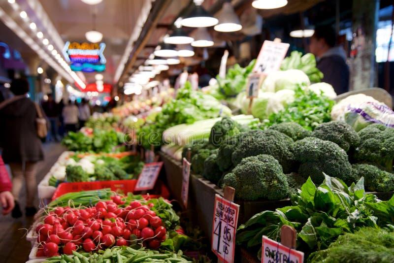 SEATTLE, WASZYNGTON, usa - JAN 24th, 2017: Warzywa dla sprzedaży w wysokich kramach przy szczupaka miejsca rynkiem Ten rolnik zdjęcie stock