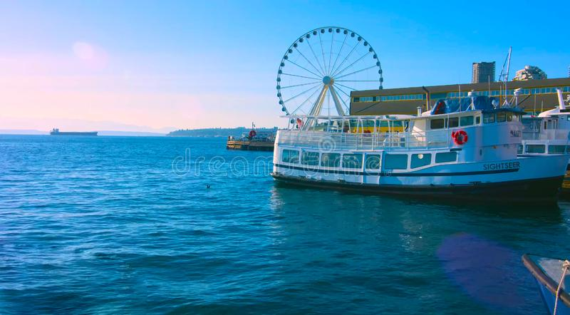 Seattle, Waszyngton, usa mai 5, 2019 Wielkich kół na molu 58 podczas złotej godziny przed zmierzchem, Alaski sposób, śródmieście, zdjęcia stock
