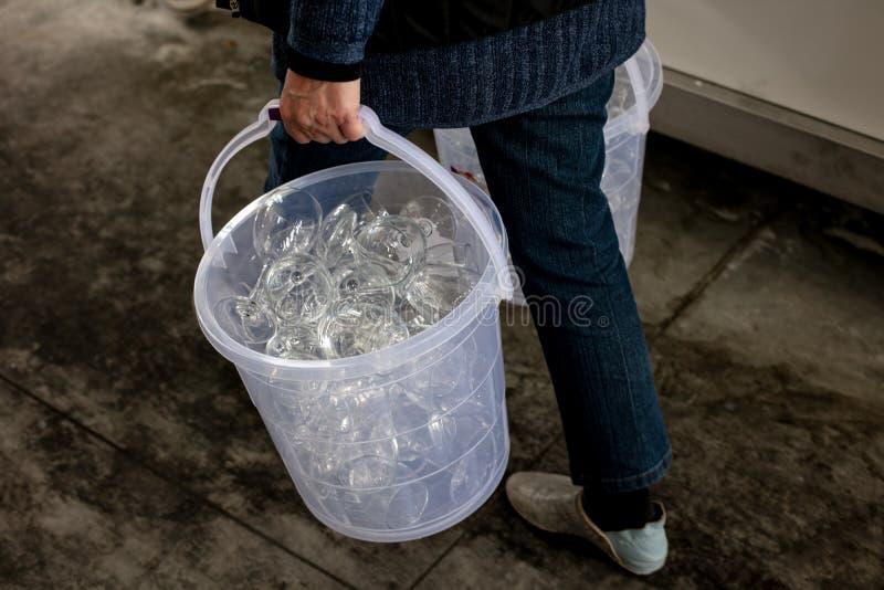 Seau avec les verres propres pour l'échantillon de vin en Géorgie photo stock