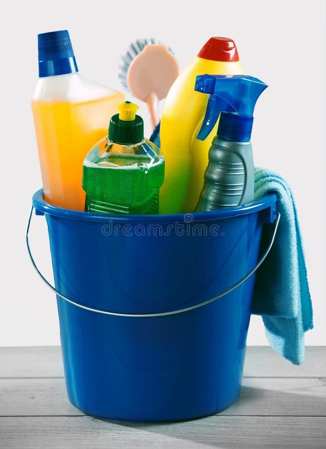 Seau bleu de décapant détersif et chimique photographie stock libre de droits
