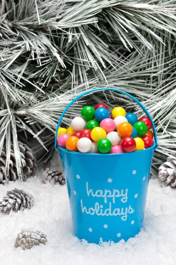 Seau décoratif de gumballs de Noël photos libres de droits
