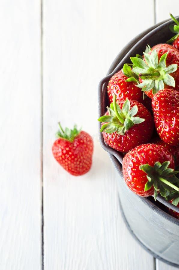 Seau de fraises de ci-dessus sur le Tableau blanc de Planked photo libre de droits