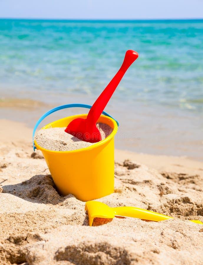 seau de plage avec la pelle photo stock image du ext rieur ar nac 38220690. Black Bedroom Furniture Sets. Home Design Ideas
