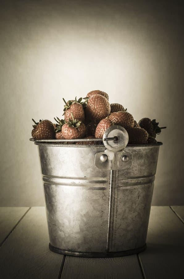 Seau de vintage de fraises images libres de droits