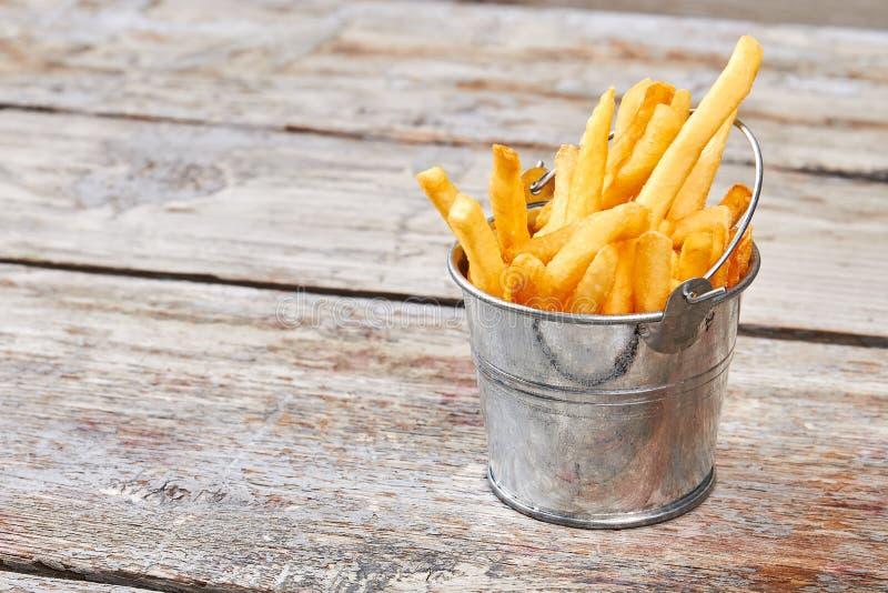 Seau en métal avec des pommes frites photos libres de droits