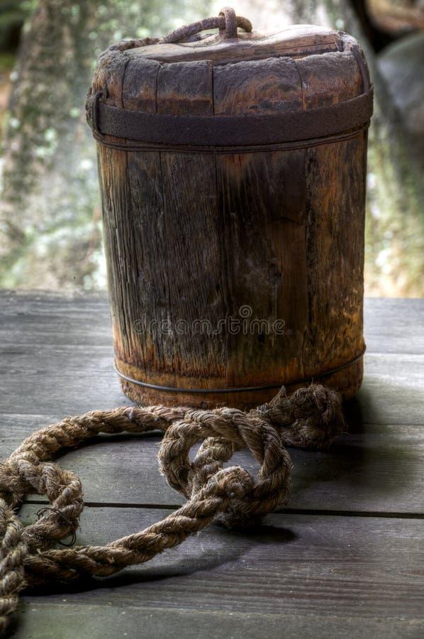 Seau japonais traditionnel pour l'eau images libres de droits