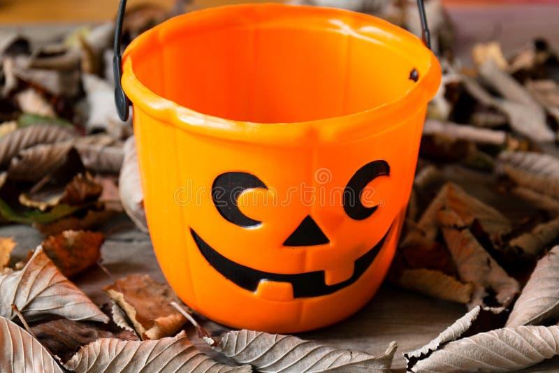 Seau orange de sucrerie de Halloween photos libres de droits