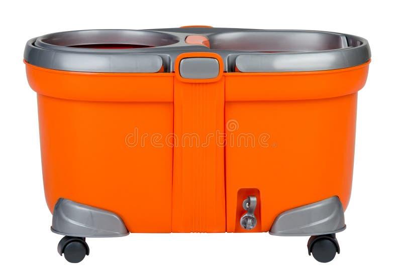Seau orange pour les planchers de lavage sur le fond d'isolement blanc image libre de droits