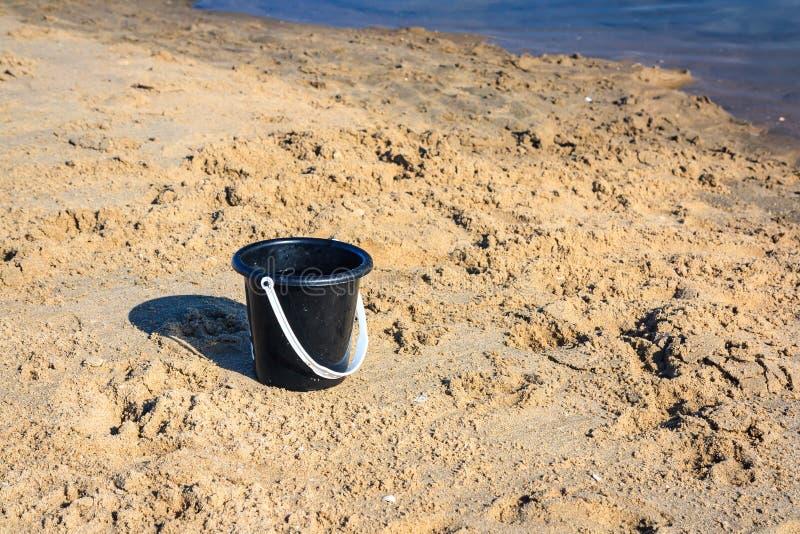 Seau sur la plage photographie stock libre de droits