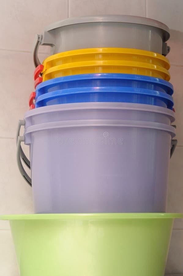 Seaux colorés de l'eau photo stock