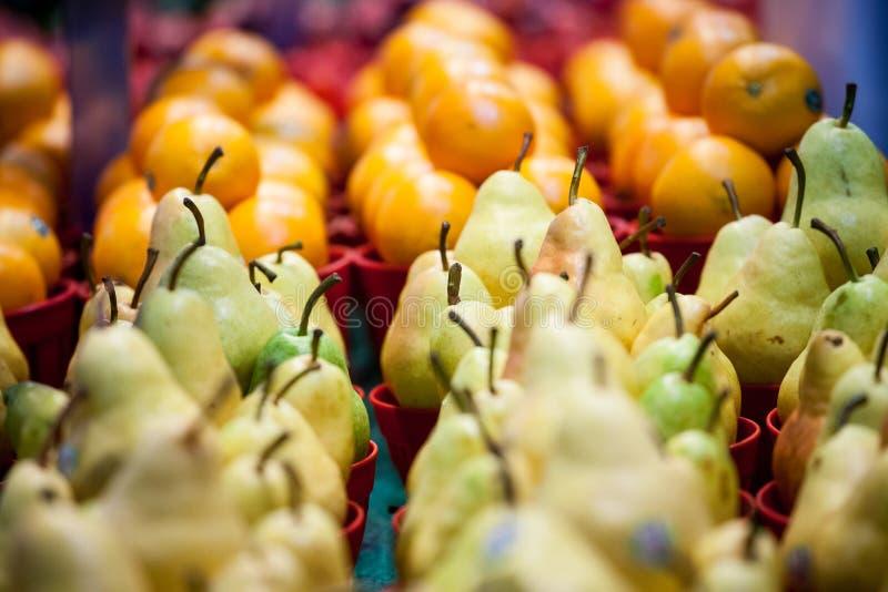 Seaux de poires bartlett à vendre sur un marché canadien à Montréal Également connu comme poire de Williams, c'est un fruit popul photos libres de droits