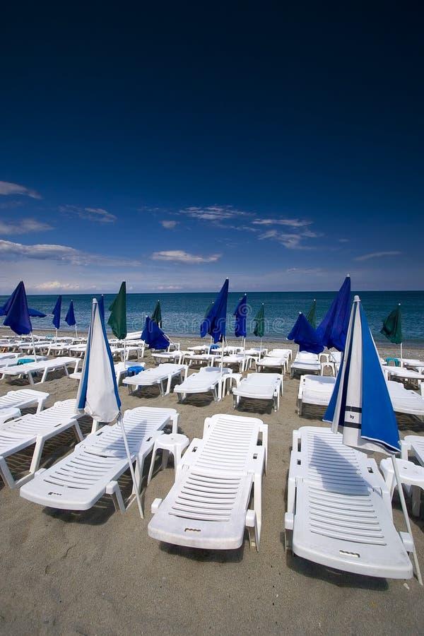 Seaview d'été avec des paquet-présidences et des parapluies photo libre de droits