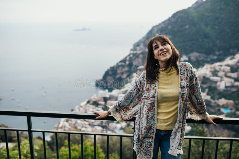 Seaview enoying sorridente della giovane donna in Positano, Italia Vacanza sul turista coastHappy di Amalfi in Europa Bellezza it fotografie stock libere da diritti