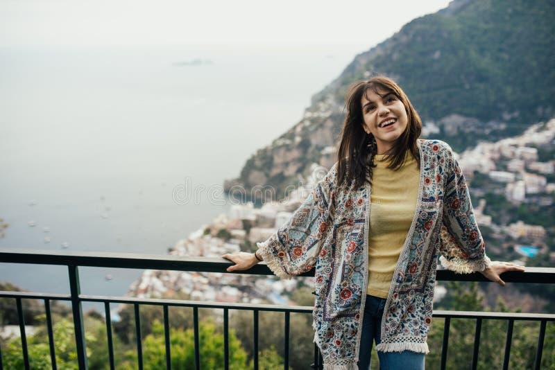 Seaview enoying sorridente della giovane donna in Positano, Italia Vacanza sul turista coastHappy di Amalfi in Europa Bellezza it immagini stock