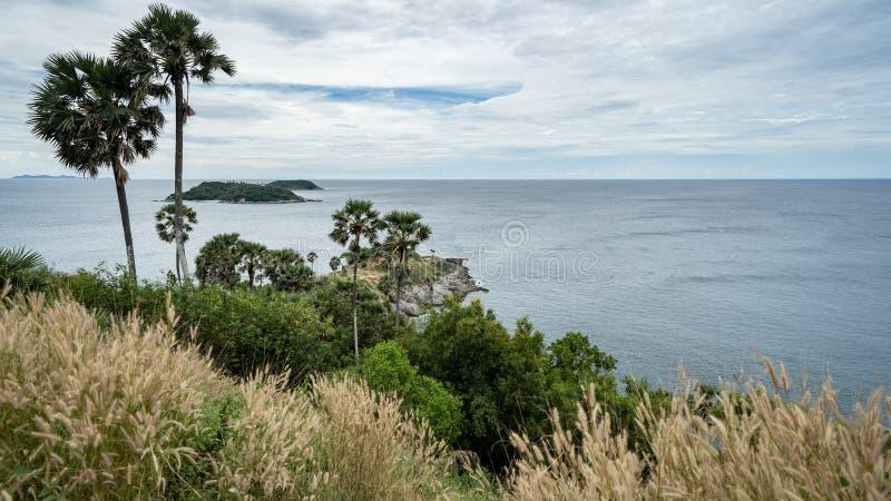 Seaview et palmiers au point de vue de point de repère de cap de Promthep à Phuket photos stock