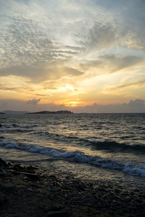 Seaview hermoso de la puesta del sol en la playa de la roca con los tonos hermosos del cielo anaranjado y azul suavemente ancho d imagen de archivo libre de regalías