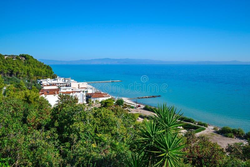 Seaview Montañas cubiertas con las plantas verdes y las pensiones Grecia kassandra Halkidiki imagen de archivo