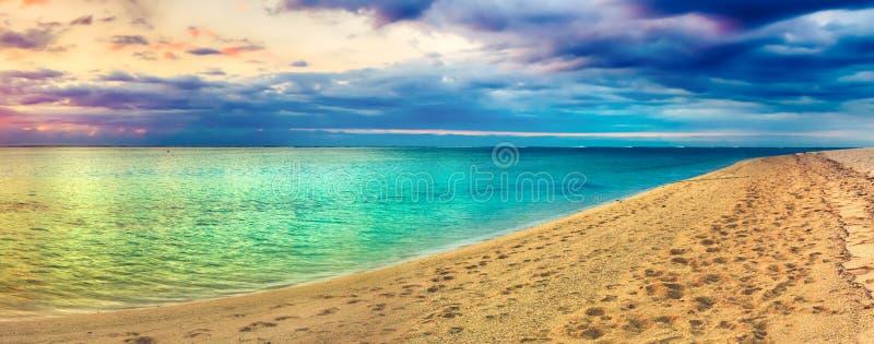 Seaview no por do sol Paisagem surpreendente Panorama bonito da praia imagem de stock