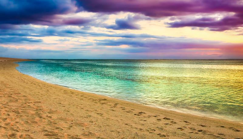 Seaview på solnedgången fantastisk liggande härlig panorama för strand royaltyfri fotografi