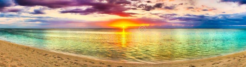 Seaview på solnedgången fantastisk liggande härlig panorama för strand arkivbild