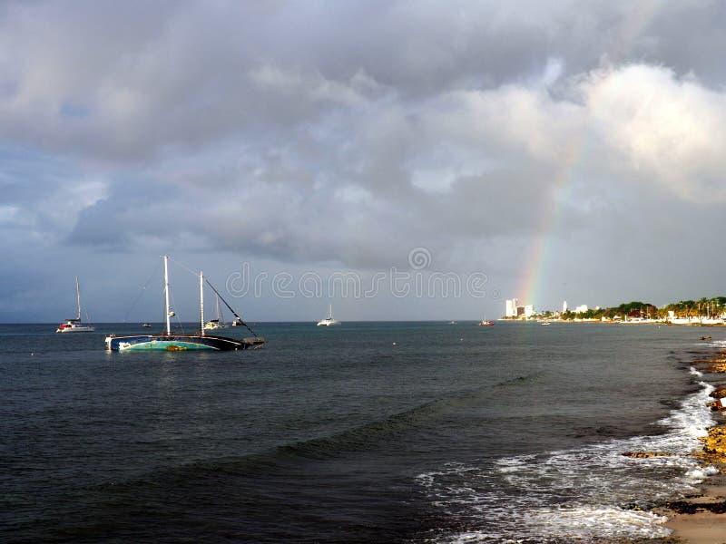 Seawiew met regenboog en wrak stock afbeelding