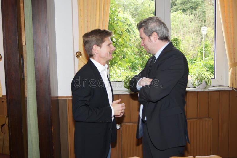 Sebastian Blumethal, Lid van Bundestag, samen met Dr. Heiner Garg, vroegere Sociale Zakenminister en Afgevaardigde Prime Minis royalty-vrije stock foto