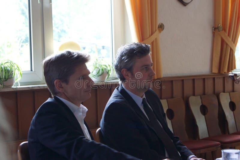 Sebastian Blumethal, Lid van Bundestag, samen met Dr. Heiner Garg, vroegere Sociale Zakenminister en Afgevaardigde Prime Minis royalty-vrije stock foto's