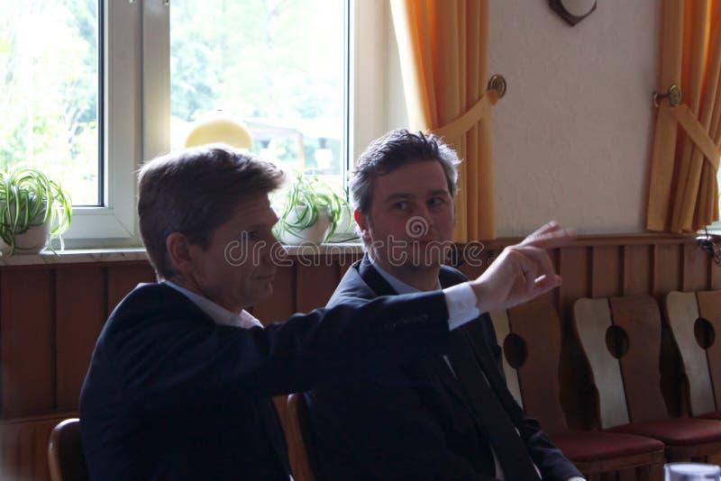 Sebastian Blumethal, Lid van Bundestag, samen met Dr. Heiner Garg, vroegere Sociale Zakenminister en Afgevaardigde Prime Minis stock foto