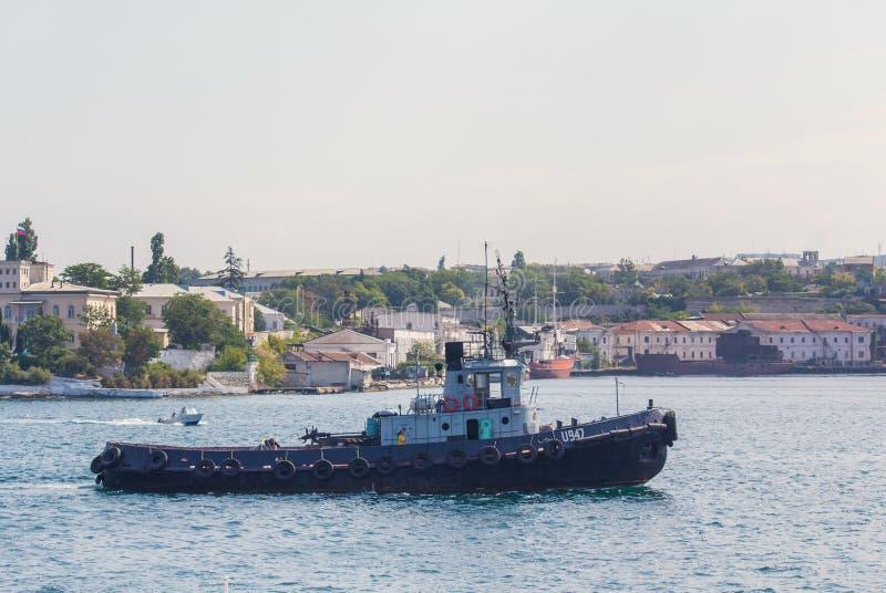 Sebastopol, de Oekraïne - September 02, 2011: Sleepboot in de haven stock foto's