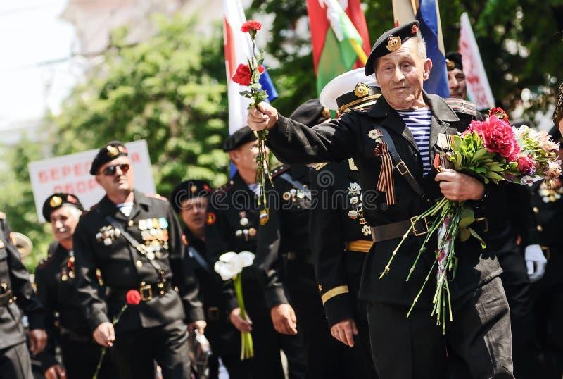 Sebastopol, Ucrania - 9 de mayo de 2012: Veteranos de la Segunda Guerra Mundial con flores en el desfile durante la celebración d foto de archivo