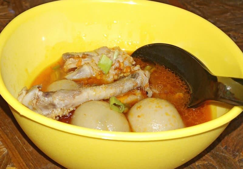 seblak Knochen der typischen indonesischen Nahrung stockbild