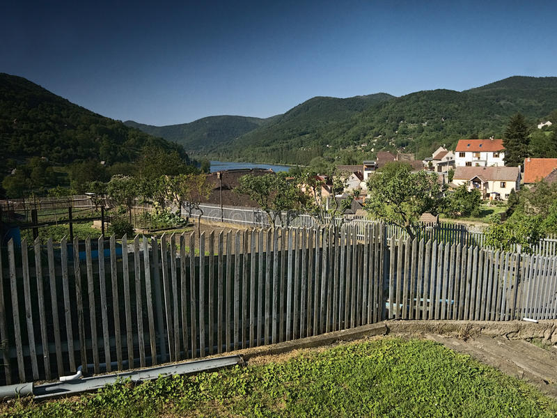 Sebuzin, чехия - 19-ое мая 2017: взгляд от деревянной загородки к деревне Sebuzin с долиной европейского реки Labe на предпосылке стоковое фото