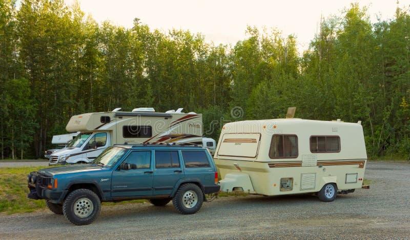 Sec-camping le long de la route de l'Alaska image stock