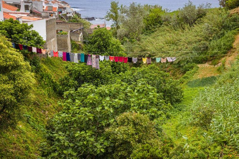 Secado de la ropa, ciudad de Maia en la isla de Miguel del sao, archipiélago de Azores imagen de archivo libre de regalías