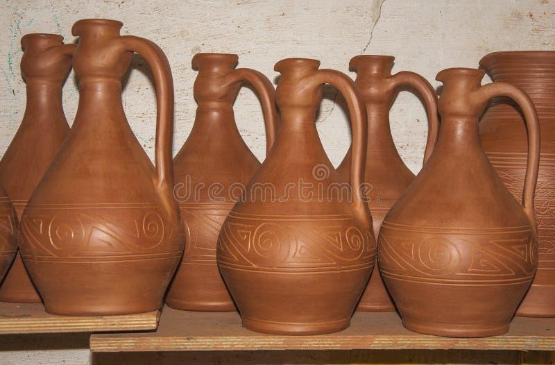 Secado del sistema de nueva cerámica para el concepto del vino de arte tradicional fotos de archivo