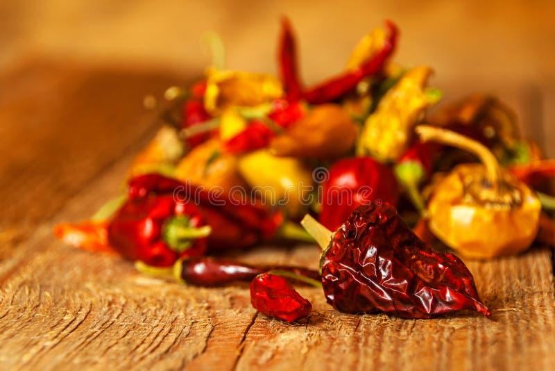 Secado ou pimentas em uma tabela de madeira velha Alimento saudável Fundo borrado Alimento do vegetariano Tempero picante fotos de stock royalty free
