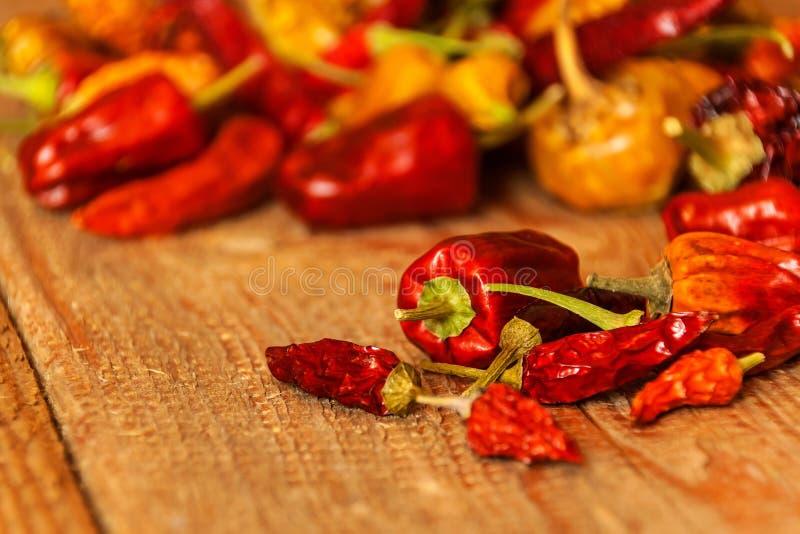 Secado ou pimentas em uma tabela de madeira velha Alimento saudável Fundo borrado Alimento do vegetariano Tempero picante fotos de stock