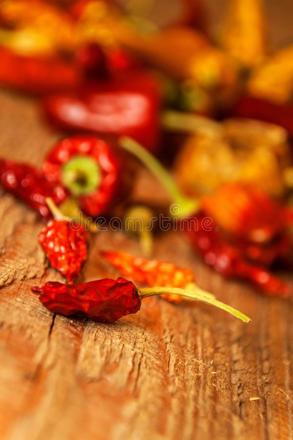 Secado ou pimentas em uma tabela de madeira velha Alimento saudável Fundo borrado Alimento do vegetariano Tempero picante imagem de stock royalty free