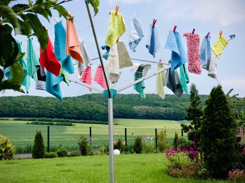 Secador de ropa rotatorio con los trapos de limpieza de la ejecución imágenes de archivo libres de regalías