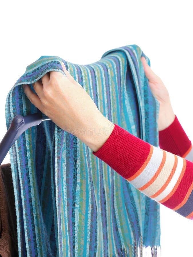 Secador de roupa e mão da mulher isolada no branco fotos de stock