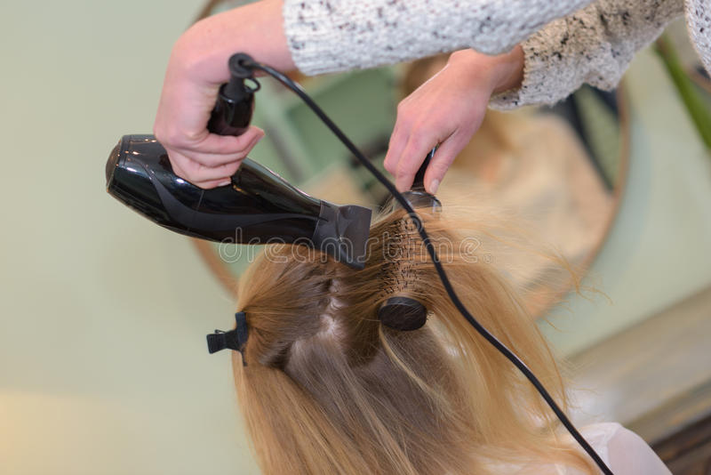 Secador del cabello seco de pelo en salón de belleza fotos de archivo