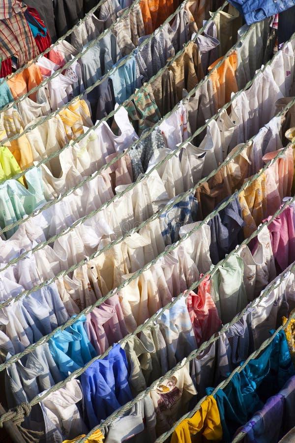Secagem de lavagem em Mahalaxmi Ghat. imagem de stock