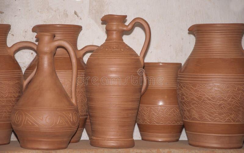 Secando el sistema de nueva cerámica antes de quemar concepto de arte tradicional imagen de archivo libre de regalías